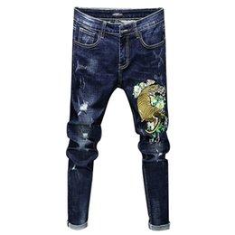 плотно облегающие джинсы оптовых-Fashion Male Casual Boutique Embroidery Stovepipe Pencil Jeans Men s Tight fitting Embroidered Flower Denim Pants Trousers