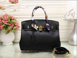 China Free ship Women luxury designer Handbags High-end Designer Shoulder Crossbody Bags Travel Tote Bags with lock suppliers