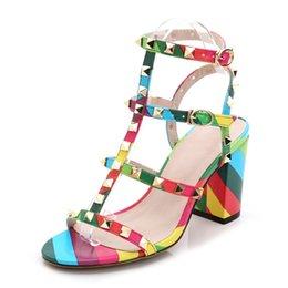 Toptan satış Perçin Toka Askı Renkli Sandalet Kare Yüksek Topuk 5-8 CM Sandal Kız T-Kayışı Moda Kadın Ayakkabı Için Gladyatör Tıknaz Topuk