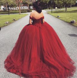 Venta al por mayor de Vestido de bola árabe fuera del hombro rojo vestidos de fiesta 2018 con cuentas más tamaño vestido de noche barato quinceañera de lunares hinchados