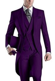 Venta al por mayor de Diseño personalizado Blanco / Negro / Gris / Gris claro / Púrpura / Borgoña / Azul Tailcoat Hombres Fiesta Padrinos de boda trajes de esmoquin de boda (chaqueta + pantalones + corbata + chaleco)