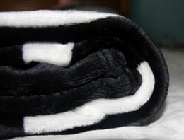 Marca QUENTE preto jogar flanela cobertor de lã 2 tamanho-130x150 cm, 150x200 cm com saco de pó C estilo logotipo para Viagem, casa, escritório cobertor de sesta venda por atacado