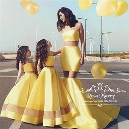 Sexy amarelo duas peças flor meninas vestidos 2019 uma linha Plus Size ilusão saia barato mãe e filha correspondência família parece crianças venda por atacado