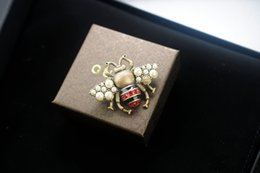 $enCountryForm.capitalKeyWord Australia - jiangyu Top Quality Celebrity design Luxury Letter Pearl diamond Brooch decorations Fashion Metal Letter Bee insect brooch Jewelry With Box