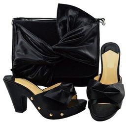 Zapatillas de mujer negras de la nueva moda y bolso grande con diseño de corbatín. Zapatos africanos combinados con un conjunto de bolsos para el vestido YM006, tacón de 9,5 cm.