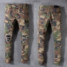 2018 Moda High Street Jeans de los hombres de camuflaje Pantalones de carga del ejército Hip Hop Jeans Hombres de la cremallera de bolsillo Brand Ripped Biker Jeans Homme en venta