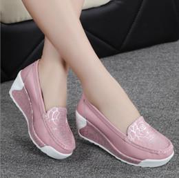 cecfa17c604 Elegante Verão Sapatos de Couro Genuíno das Mulheres Enfermeira Balanço de  Trabalho todos os Únicos Sapatos Estrela Cunhas Preto Branco Sapatos de ...