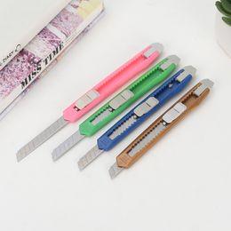 DHL Candy couleurs mini-couteau utilitaire multifonction Art Cutter Etudiants Papier Snap Off Lame de rasoir rétractable Papeterie Couleur Aléatoire en Solde