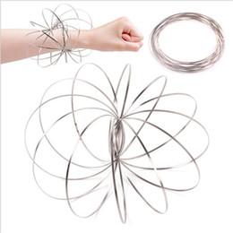 62c12df9b135d Nuevo Increíble flujo de juguete anillo de flujo de metal juguetes Kinetic  Spring divertido juego al aire libre inteligente relajarse juguete T2I009