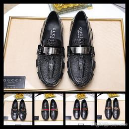 Ingrosso Miglior designer New Fashion Medusa e metallo Toe Men Velvet Scarpe casual Uomo Lussuoso Mocassini Plus size scarpe da uomo