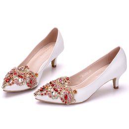 Venta al por mayor de Nuevo Fashionl blanco punta estrecha zapatos para mujer 5 cm talones Rhinestone Flores zapatos de boda pequeños zapatos de tacón grueso más el tamaño