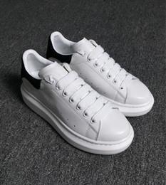 7beadc16543 Designer De Luxe Homme Casual Chaussures En Cuir Hommes Femmes Mode Blanc En  Cuir Confortable Chaussures Plat Casual Sneaker Daily Jogging Pas Cher En  Vente