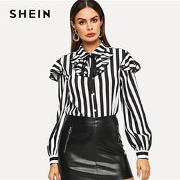 44ac110c981 SHEIN Camisa con adornos de volantes en blanco y negro con cuello redondo  Botón de manga larga Blusa de rayas Mujeres Ropa de trabajo elegante  Camisas de ...