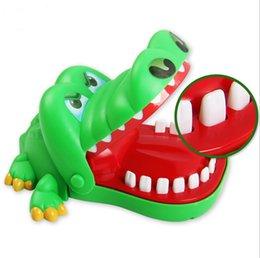 5ec4045e Venta caliente Creativo Bromas prácticas Boca diente de cocodrilo Mano  Juguetes para niños Juegos familiares Clásico Mano mordaz Juego de cocodrilo