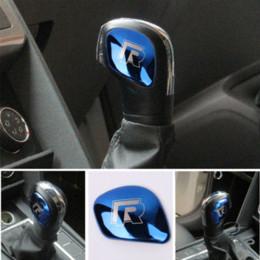 Ingrosso AEING Car Gear Shift Knob Coperchio testata R simbolo adesivi per VW Volkswagen Golf 7 MK7 Golf 5 6 Passat B5