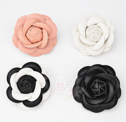 Barato Camisa De Couro Preta Do Plutônio-Charm Classic White Pink Black Camellia Pin Broche PU Leather Flower Mulheres Pin Brooch Suit Sweater Shirt Pin Brooch