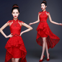 свадебное платье оптовых-Red Lace Chinese Evening Dress Beading Applique Short Front Long Back Bride Wedding Qipao Backless Cheongsam Sexy Custom
