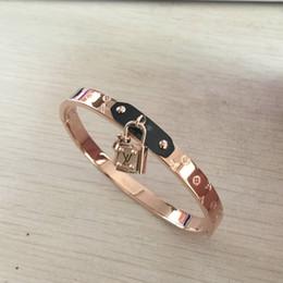 0f14566705bf Pulseras de trébol brazaletes para las mujeres de oro rosa marca L  brazalete de acero inoxidable Shell accesorios de mujer joyería minimalista