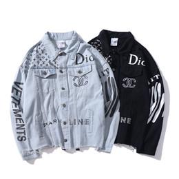 2018 New Autumn Lover Denim Casual chaqueta azul negro abrigo letras de los  hombres de impresión de lavado de agua viejo Streetwear chaqueta de vaquero  Tops dfc192da698