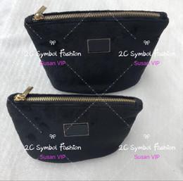 7f2b272ef229 Set di 2 borse (prezzo per 2 borse) Fashion velluto borsa fibbia in metallo  logo cosmetico organizzatore marca sacchetti di trucco sacchetto di ...