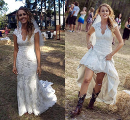 $enCountryForm.capitalKeyWord Canada - 2018 Hot Sell Country Wedding Dresses V Neck Cap Sleeves Vintage Lace Wedding Gowns Cowgirls High Low Backless Bridal Gown