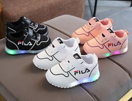 802bfeddf Niños Bebés Niñas Cristal Bowknot LED Botas Luminosas Zapatos Zapatillas de  deporte Mariposa diamante nudo Zapatos blancos pequeños