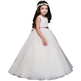cf56acae98 Vestido de niña de las flores de encaje de marfil con el recorte del  corazón en la espalda Vestido de la dama de honor de la niña de 2 a 14 años  ...