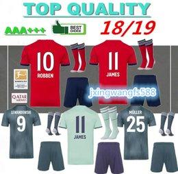 best service 562b0 e7e55 Top-Qualität 2018 2019 JAMES Bayern München Fußball Trikot Kits + Socken 18  19 VIDAL LEWANDOWSKI MULLER ROBBEN Erwachsene volle Sätze Fußballshirts