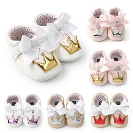 Wholesale 2018 Autumn new style crown princess shoes for toddler baby girls big white bow hard sole newborn baby moccasins shoes