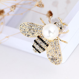 suits brooch designs UK - Cute Insect Bee Luxury Brooch Rhinestone Pearl Designer Suit Lapel Pin Fashion Model Design Brooch Gift for Love Girlfriend