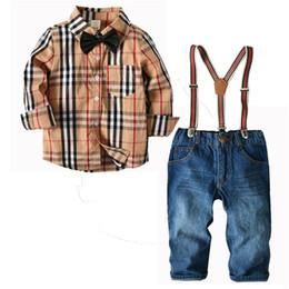 Cavalheiro Estilo Bebê Recém-nascido Meninos Conjunto de Roupas de Mangas  Compridas Xadrez de Algodão Camisa + Suspender Calça Terno Crianças 2 pcs  ... 26a274d7336
