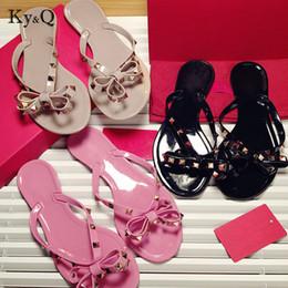 Marques Femmes Rivets Noeud Noeud Plate Pantoufles Sandales Filles Tongs Cloutées Chaussures D'été Cool Plage Diapositives Jelly Shoes 35-41 en Solde