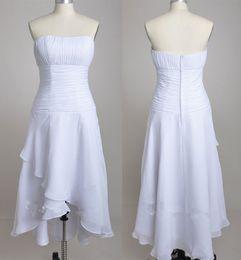 d2b08ecd899 Без бретелек простой короткий шифон летние свадебные платья с Casecade юбка  без рукавов высокая низкая страна свадебное платье Платье с плиссированные  лиф