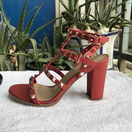 Großhandel neue 2018 neue europäische frauen nieten sandalen mit 9,5 cm hohen nieten mode sandalen 6 farbe größen 35-41