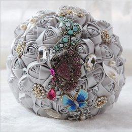 Diseñador 4 colores rasos nupciales del satén con la decoración de la mariposa Joyería Dimond Perlas Rhistines hermosos Ramos de la boda por encargo