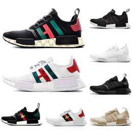 Gucci Economici Adidas NMD R1 X BEES Primeknit uomo donna Scarpe da corsa  OG Classic Giappone Triple Nero bianco Beige Oreo Athletics Sport trainer  Sneakers ... db0248021e7