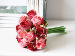 Venta al por mayor de Venta al por mayor al por mayor barato falso artificial boda nupcial ramo púrpura rosa flor de la boda decoración del partido rojo seda rosas boda flor