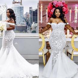 Abiti da sposa a sirena 2018 Modest Plus Size Off Shoulder Tromba Abiti da sposa Sweep Train Tulle Pizzo Abito da sposa africano Custom Made
