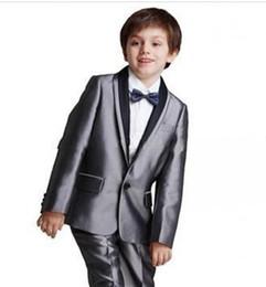 Nuevas llegadas un botón chal gris plata chaleco de la solapa del desgaste formal Ocasión niños esmoquin trajes de fiesta de la boda (chaqueta + pantalones + corbata) 615