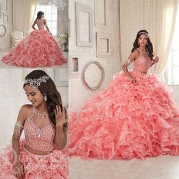 2018 Modest Ruffles Deux Pièces Coral Quinceanera Robes Doux 16 Dentelle Organza Plus La Taille Mascarade Sheer Prom Occasion Robe en Solde