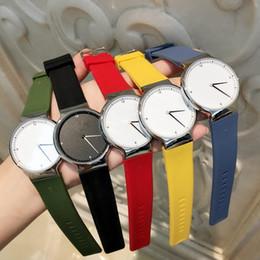 2018 Top diseño moda vestido reloj hombre mujeres lujo reloj Casual correa de goma reloj de cuarzo reloj de color amarillo simple reloj Relojes De Marca