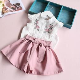 0821f9468 2018 verano de Corea del bebé niñas ropa set niños corazón camisa + traje  de arco corto traje 2 unids niños floral traje de arco conjunto traje