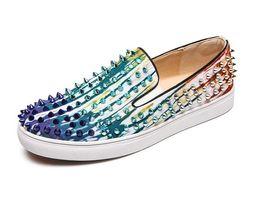 96a33b3f0 2018 Novo Designer de Barco Spikes Flats Para Homens Branco azul Sapatos  Casuais Filme Super Estrelas Slip-on Rebites Cravejados Homens Mocassins  Sapatos ...