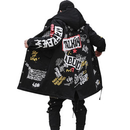 Venta al por mayor de 2017 nuevos hombres de invierno Parkas chaqueta Graffiti Print con capucha de algodón Wadded Coats High Street Hip Hop largo acolchado gruesa Prendas de abrigo