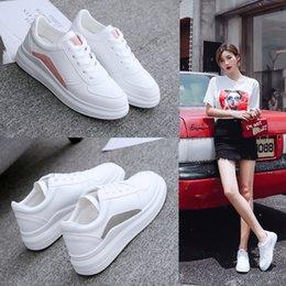 Venta al por mayor de Versión coreana de las zapatillas blancas pequeñas y versátiles estudiantes planas aumentaron los zapatos 2018 de primavera nuevos deportes casuales