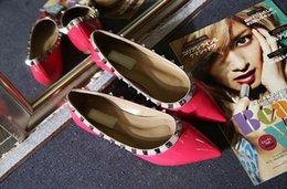 Опт Дизайнер женщины плоские туфли партия моды заклепки девушки секси заостренный обувь свадьба обувь сандалии