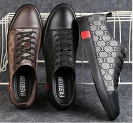 Vente en gros 2019 Nouveau Style De Mode Haut Haut Hommes Chaussures Spikes Sneakers Chaussures De Luxe Designer Rivets Plat Chaussures De Marche Robe De Mariage Partie Chaussure DH2A11