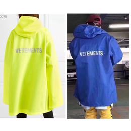 f37a3df4e7e Streetwear Vetements Chaquetas Hombres Mujeres Hip Hop Azul Amarillo De  gran tamaño Vetements Windbreaker Impermeable a