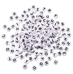 Großhandel 1000 stücke Weiß Runde Alphabet Perlen Acryl Perlen Mixed Brief DIY Lose Perlen Für Perlen Armband Schmuck Zubehör 7mm (1/4