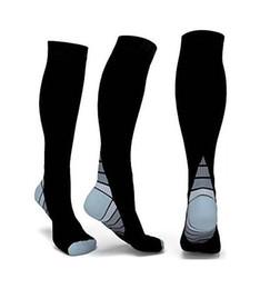 Оконченные спортивные компрессионные носки, подходящие для спортивного фиттинга для бега, медсестер, шинных шиллингов, путешествий по рейсам, беременности материнства